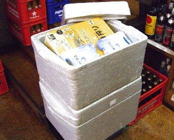 保冷ケースに入れた缶ビール